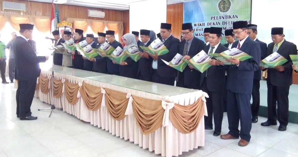 Rektor UMPalembang Saat Melantik Dekan yang terdiri dari 7 Fakultas