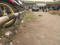 Akibat Membuang Sampah Sembarangan, Sampah Berserakan di Sekitar Jalan OCC